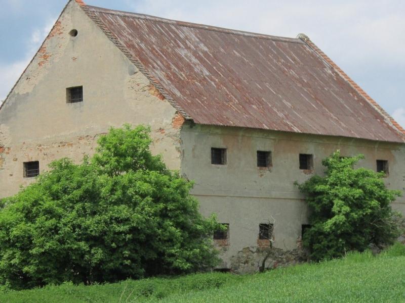Zděný bývalý zemědělský objekt